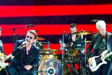 Bono Vox cade dal palco, ma non è l'unico: le 5 migliori cadute dell'anno [VIDEO]