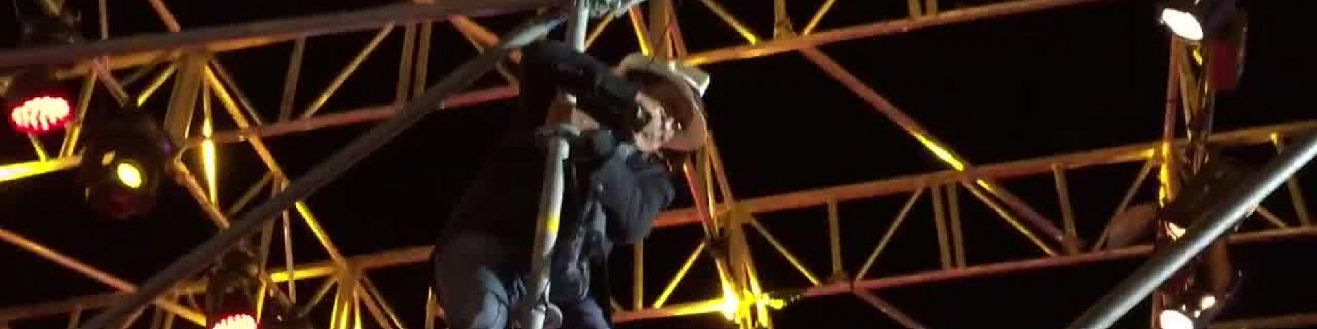Al Bano si arrampica (pericolosamente) sul palco durante un concerto - Video