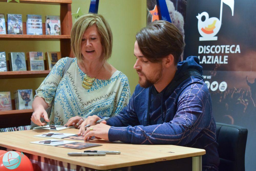 Valerio Scanu incontra i fan durante l'instore tour – Foto