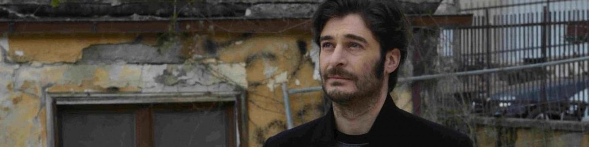 """Lino Guanciale ricorda il terremoto a L'Aquila: """"La libreria mi stava cadendo addosso"""""""