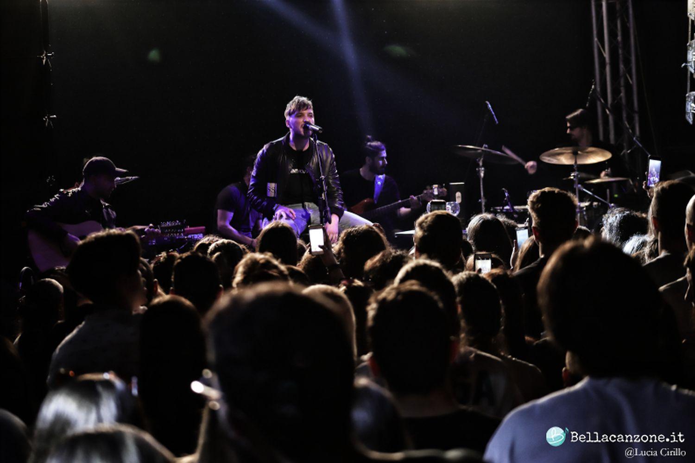 Briga a Milano per un concerto acustico da vero cantautore – Foto