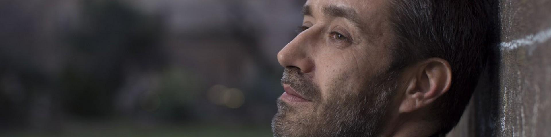 La terra sotto i piedi: ritorna Daniele Silvestri, cambiato ma sempre col megafono