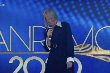 Fiorello travestito da Maria De Filippi a Sanremo: lei chiama in diretta (Video)