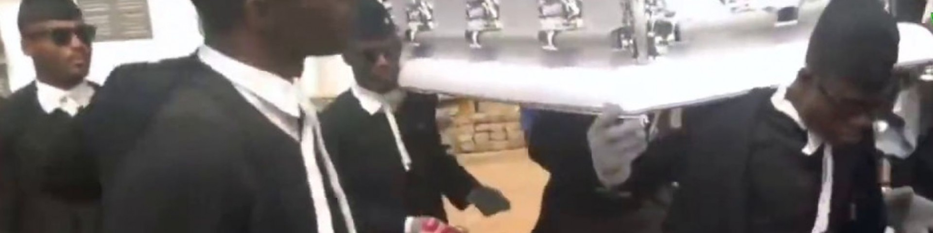 Il meme dei becchini africani che ballano con la bara: di chi è la canzone? (Video)